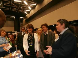 Doudou présenté à la ministre par Éva Lopez et Stephan